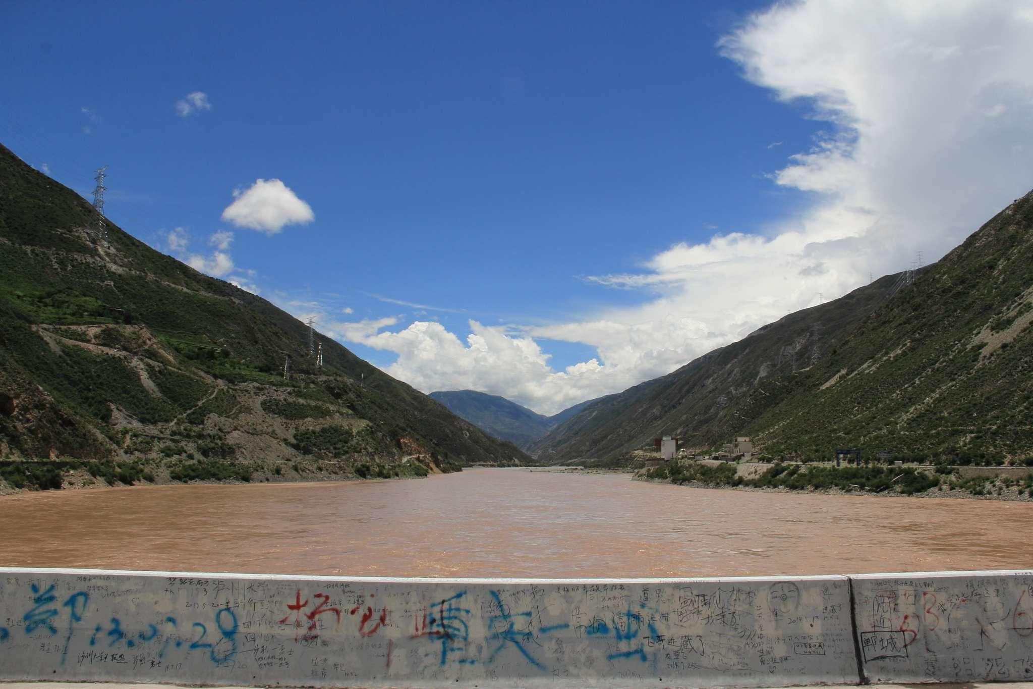 7月26日,巴塘县(K3323/海拔2580)-金沙江大桥(K3360/海拔2490)-温泉山庄(K3371/海拔2635),半日50km,总里程:865km。 巴塘县是川藏线四川境内的最后一个县城,从巴塘县跨过金沙江就进入西藏界的芒康县了,进入西藏界就开始刷身份证检查,那个关卡叫朱巴龙,而大桥东侧属于巴塘县的叫做竹巴龙,同音不同字的两个村子隔金沙江相望并分属两个省区。 大家对于今天的行程再次产生分歧,最终我和微姐、小崔决定留在温泉山庄,休息半天,而其余队员则从温泉山庄搭车去芒康县休整一天等我们。 温泉山